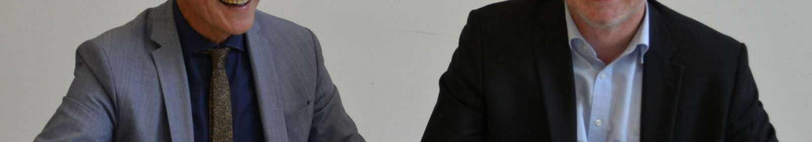 Vertragsunterzeichnung von Geschäftsführer der Stiftung Mercator, Winfried Kneip und Kultusminister Ulrich Commerçon, v.l.n.r.